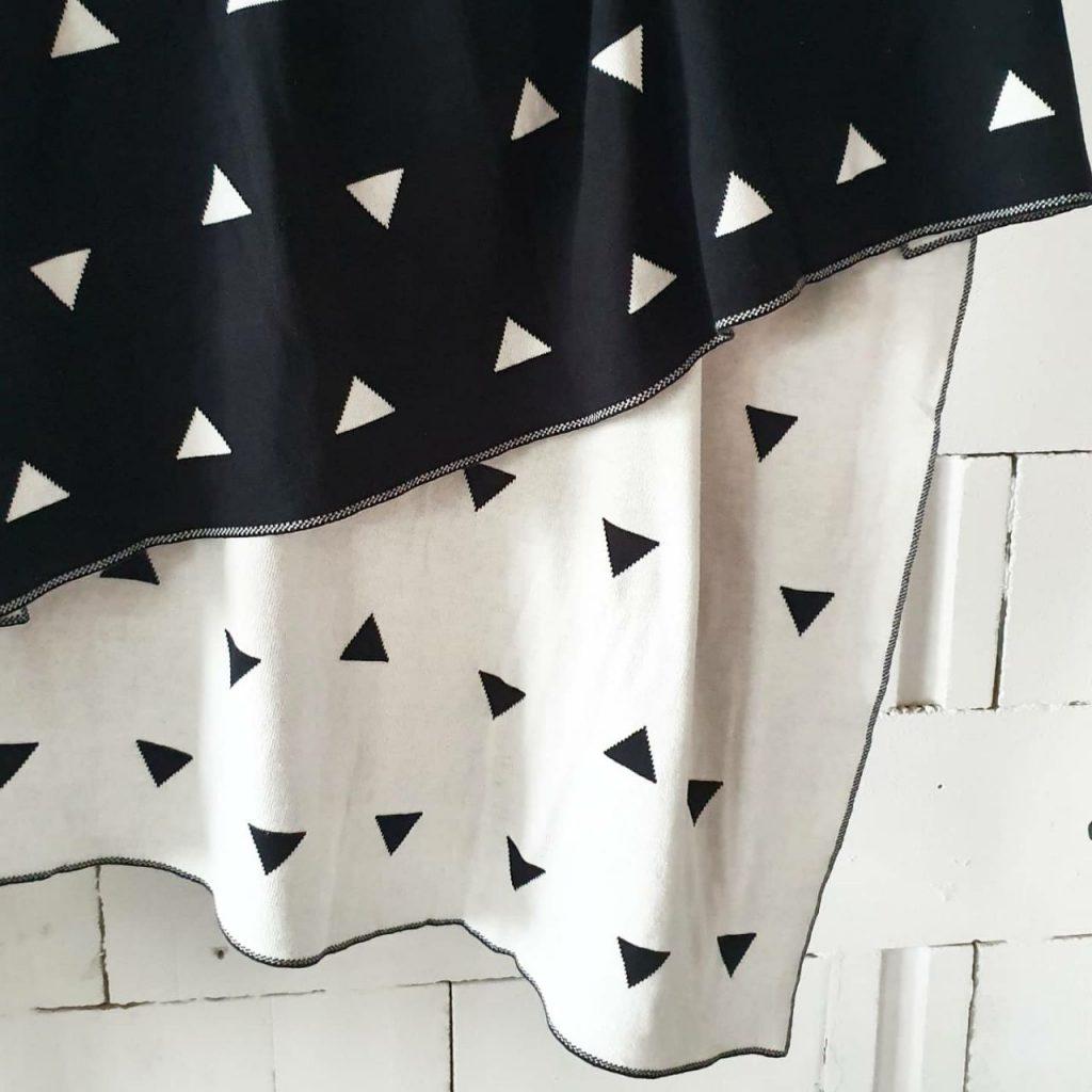 Плед черный с треугольниками